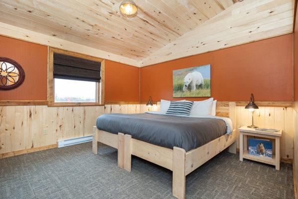 Queen guest bedroom. Nanuk Polar Bear Lodge. Scott Zielke photo.
